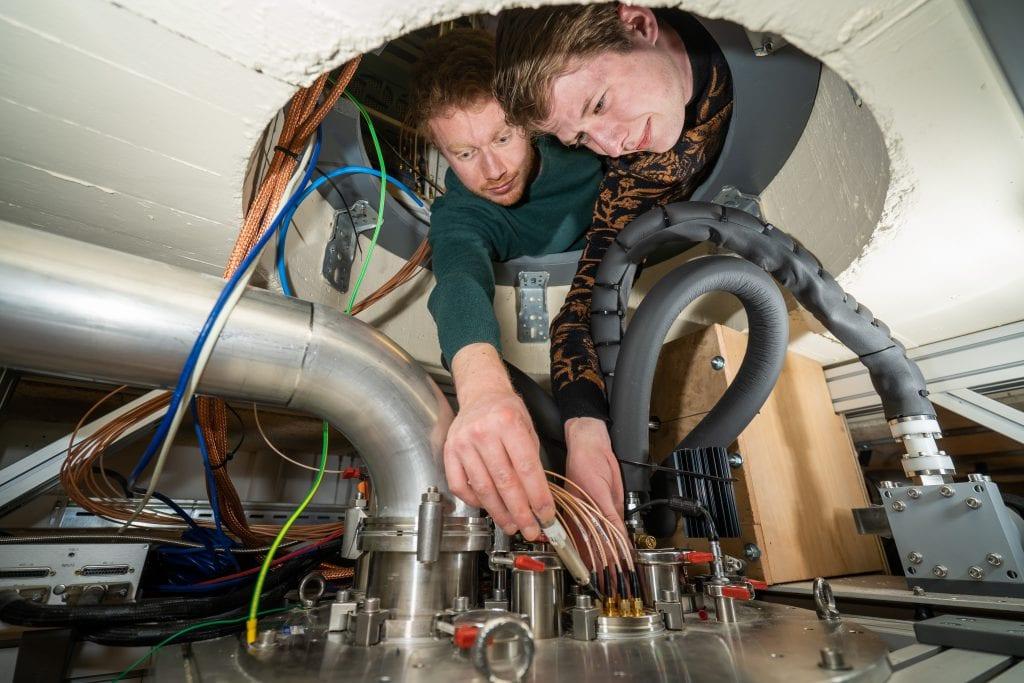 PhD students Luca Petit and Gertjan Eenink working at the hot qubit setup.